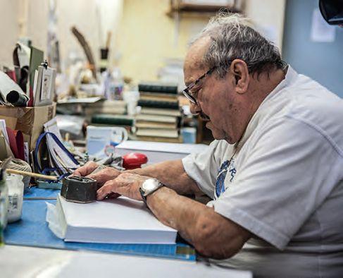 Un pensionnaire à l'ouvrage dans l'atelier de reliure.  Iile4